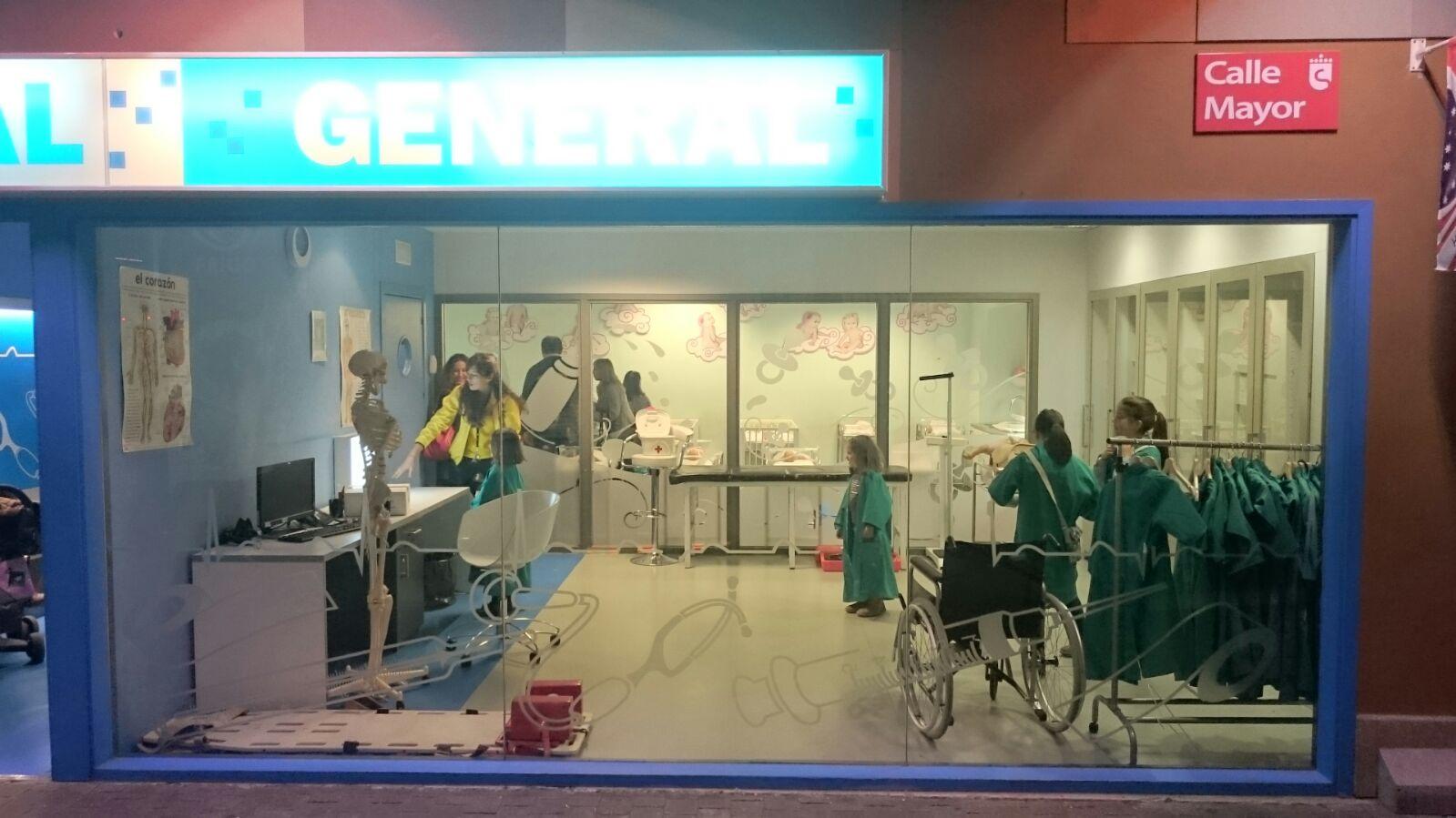 Ejerciendo de médicos en el hospital Central de Micrópolix. ©J.R.Aguirre
