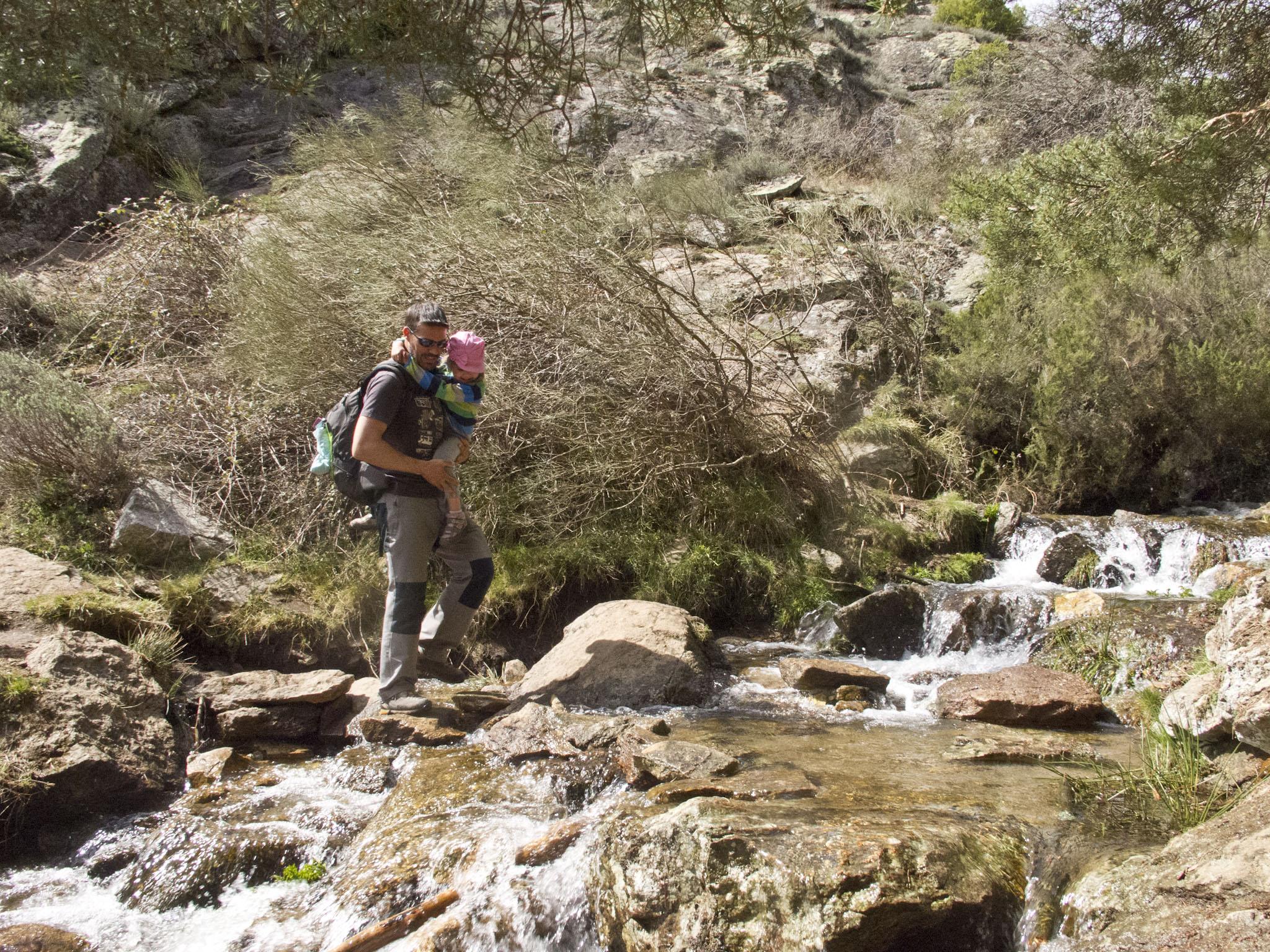 Saltando el río para llegar a la chorrera © Jose Ramon Aguirre