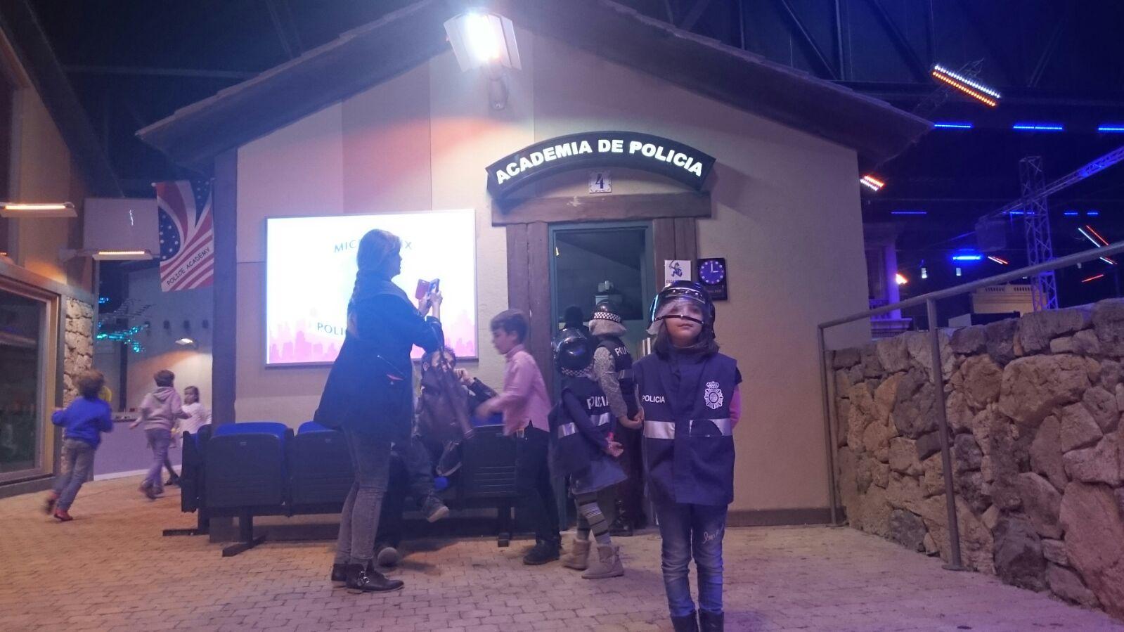 Terminando la instrucción de policía en Micrópolix. ©J.R.Aguirre