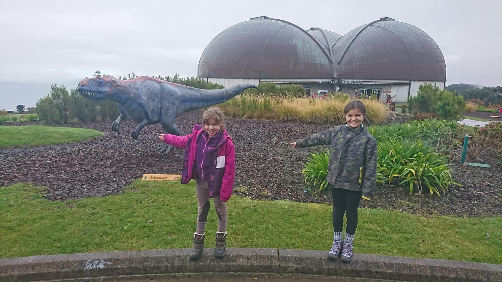 Entrada del Museo del Jurásico de Asturias con los niños. ©J.R.Aguirre