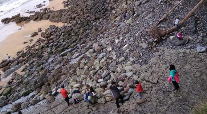Visitamos las huellas de dinosaurio de la Playa de la Griega en Asturias