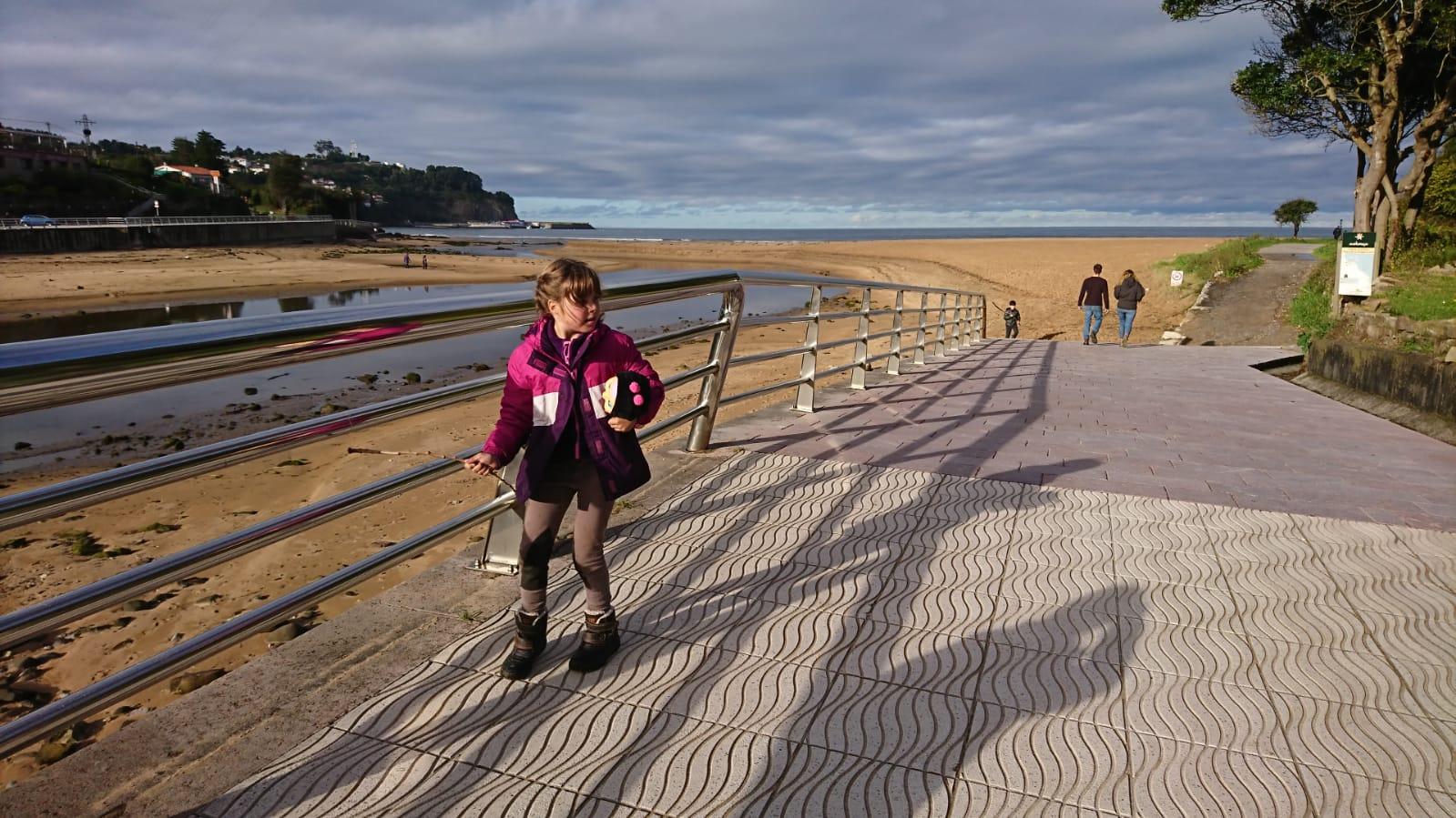 Camino de entrada y salida a la senda de los dinosaurios en la Playa de la Griega. Asturias ©J.R.Aguirre