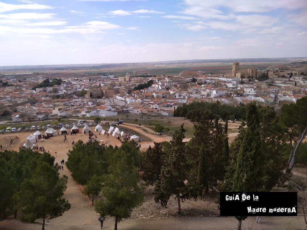 Vistas del pueblo de Belmonte y el del campamento medieval desde el Castillo de Belmonte ©Patricia Fernández